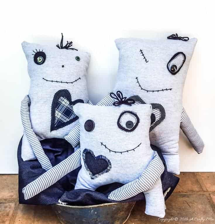 Make your own little Momster. Includes a free easpattern and lots of ideas to customize their little faces. #sewing #momster #freepattern
