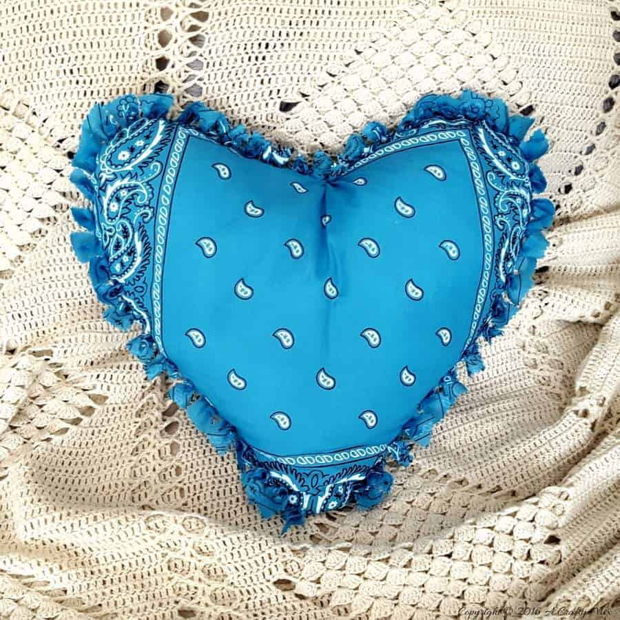 Make a easy no sew Bandana Heart Pillow. Full tutorial on the blog #DIYHomeDecor #EasyDIY #DIYinspiration #homeDecor