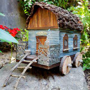Old lunch box turned into a gypsy caravan that's perfect for a fairy garden. Full tutorial on the blog #fairygarden #repurposed