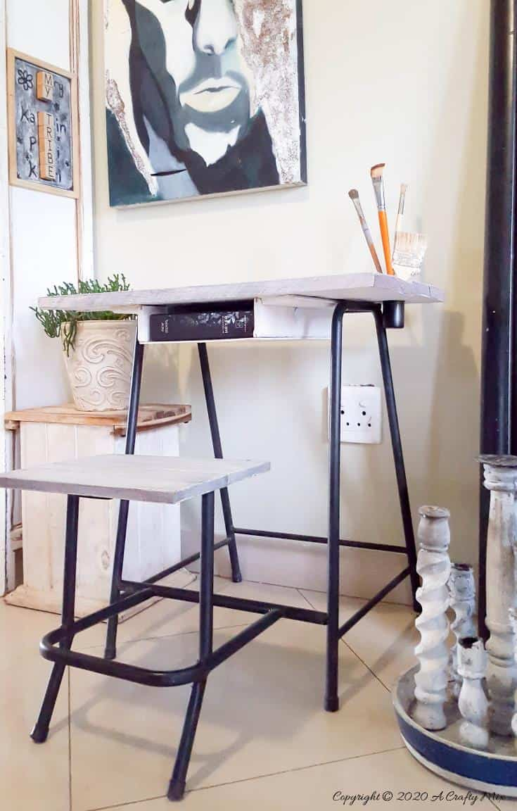 Rustic metal frame art table made with pallets. #Repurposing #VirtualGiftSwop #IBCChallenge #ACraftyMix #UpcyclingFoundObjects #UpcycledDecor
