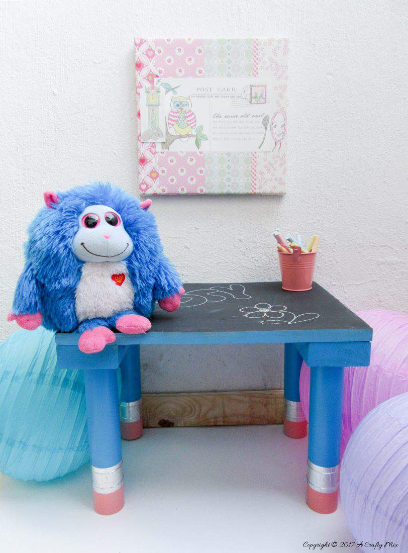 I just love this little blackboard table with giant pencil legs and the tutorial is great too #diyhomedecor #kidscraft #kidsrooms #gaintpencil #recycling