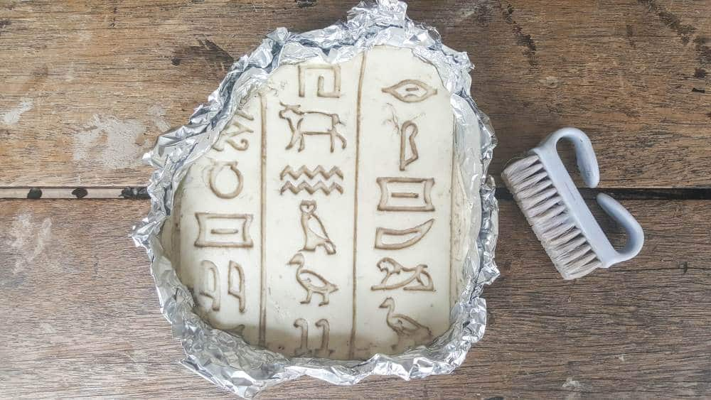 Evoke the magic and splendor of ancient Egypt and create your own Egyptian cartouche. Easy tutorial #DIYHomeDecor #Egyptiancrafts #Egyptionhieroglyphics