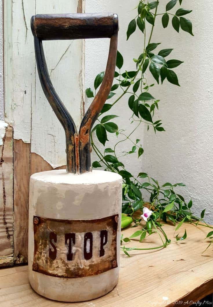 Before you throw that rusty shovel, spade or garden fork out, you might want to see how we turned ours into this gorgeous concrete doorstop. I just love the idea of turning something old and used into new and useful. #DoorStopDIY #RepurposeGardenTool #Recycling #ConcreteDoorStop #DIYTutorial #RusticDoorstop