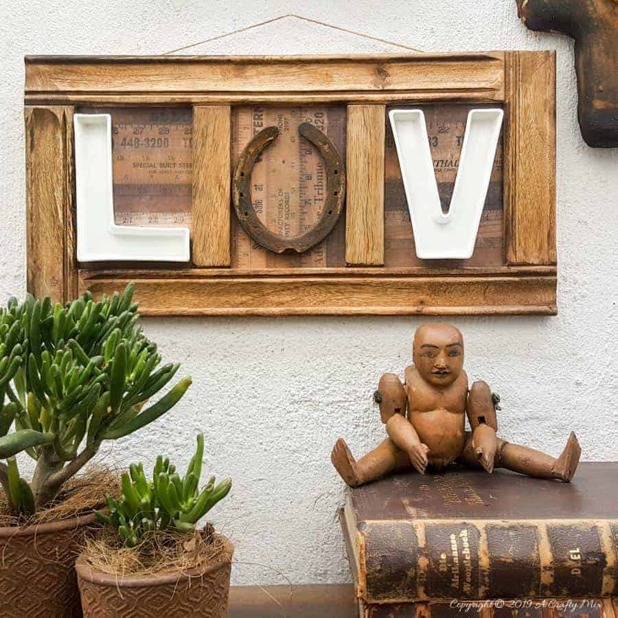 LUV this wall decor idea using a horseshoe and letter dishes or plates #aCraftyMix #letterdishes #horseshoe #repurpose #walldecor #LuvWalldecor #horseshoerepurpose