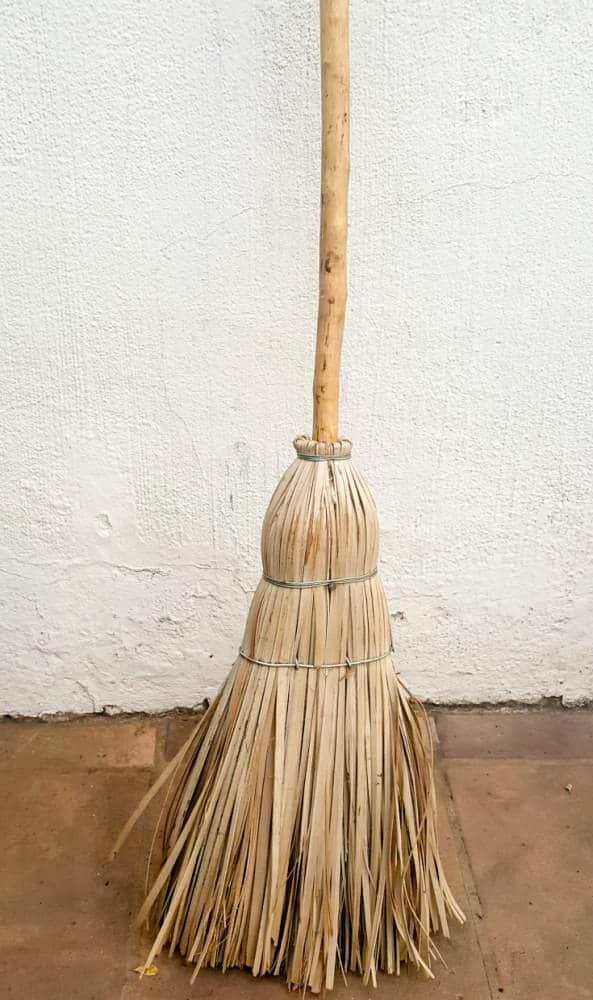 Just a boring old grass broom #broomrepurpose #broomchristmastree #acraftymix #broomdecor #christmastree #DIYChristmasTree
