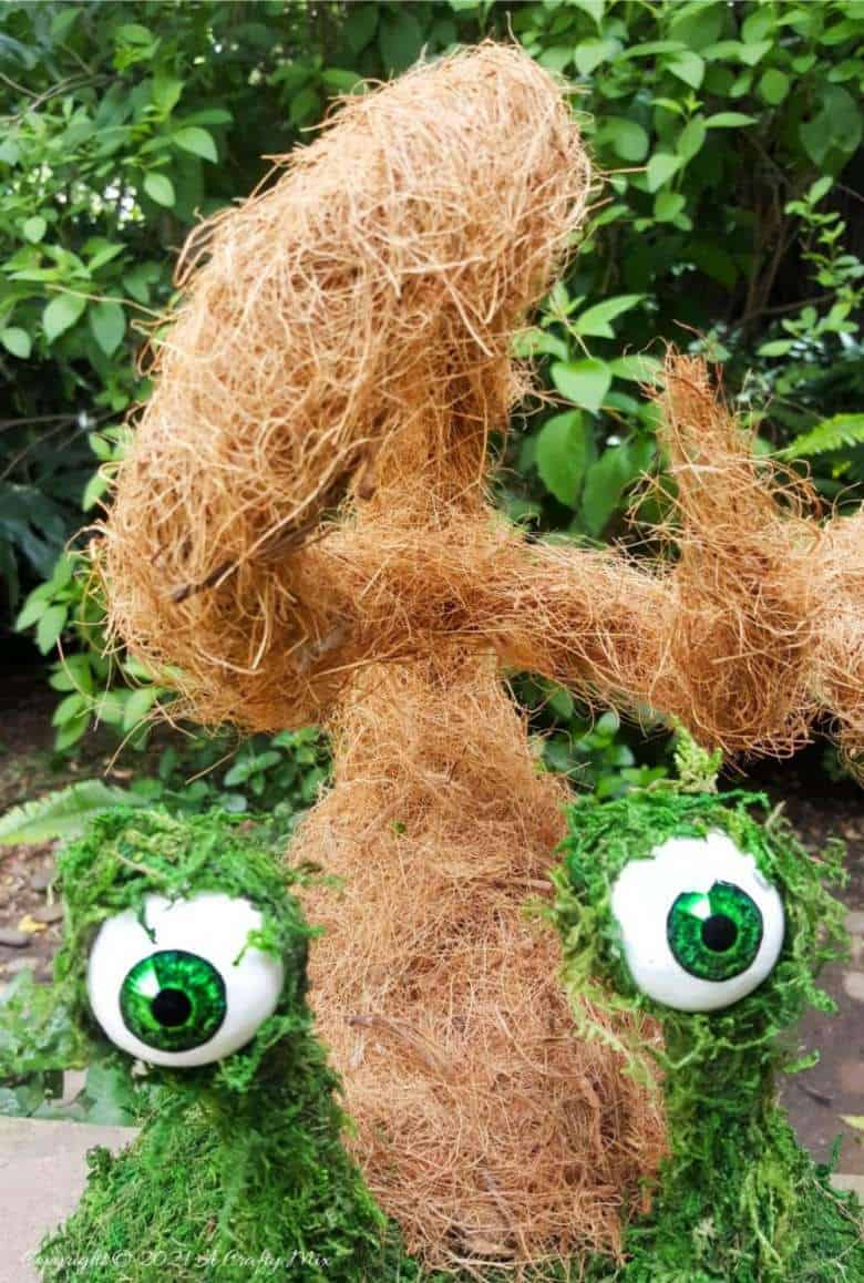 Add a little light-hearted fun to you porch décor with these easy to make mossy creatures. With bendable caps and popping eyes they're sure to put a smile on your face. #PorchDecor #MossCreatures #ACraftyMix